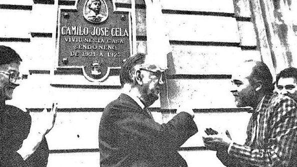 Con el escritor Camilo José Cela, descubriendo una placa dedicada a él, en 1986