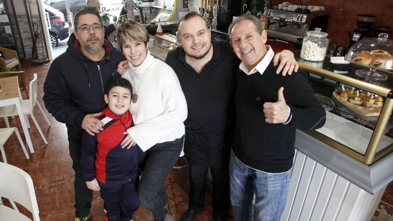 Waleska, rodeada de su familia, en el bar El Recreo, que comanda en Ferrol Vello: a la izquierda, su marido y uno de sus dos hijos, y la derecha, su hermano y su padre