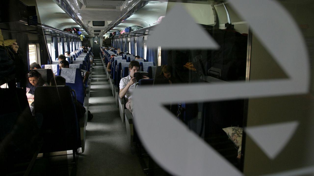 Así es como se vive de lujo en un barco.Pasajeros en un tren entre Galicia y el País Vasco detenido en la estación de Monforte, en una fotografía de archivo