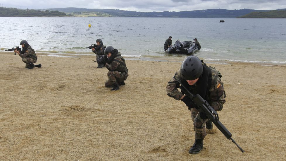 Demostración en el Tercio Norte.Infantes del Tercio haciendo maniobras en el lago pontés