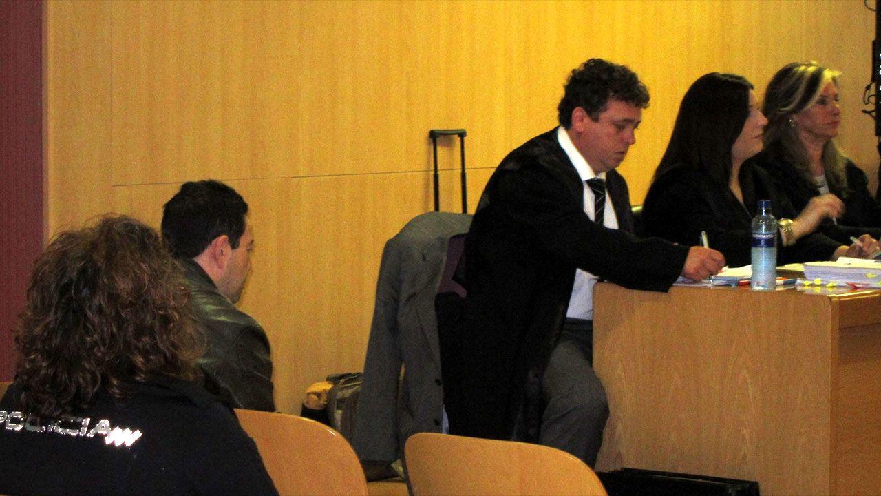 El acusado de la muerte de Silvia Hernández, sentado a la izquierda en presencia de los abogados
