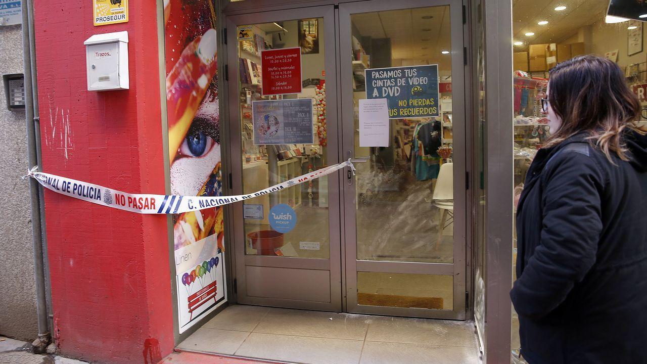 Un hombre se ha entregado esta mañana a la Policía Nacional tras matar a su yerno, al parecer con un cuchillo, en una vivienda situada en la calle Numa Guilhou de Mieres. En la imagen, empleados de los servicios funerarios traslada el cuerpo de la víctima.