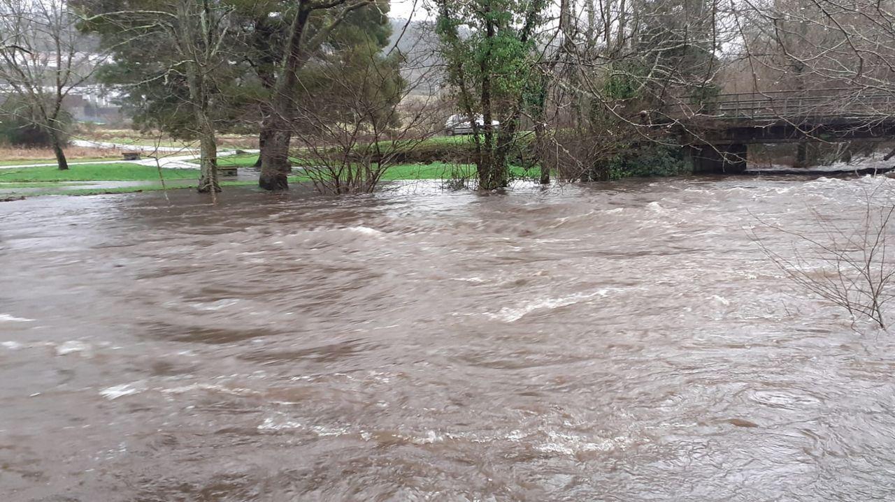 Los ríos de Barbanza se desbordan.Una vista posterior del muro de la presa de Belesar muestra el nivel que ha alcanzado el agua almacenada en el embalse