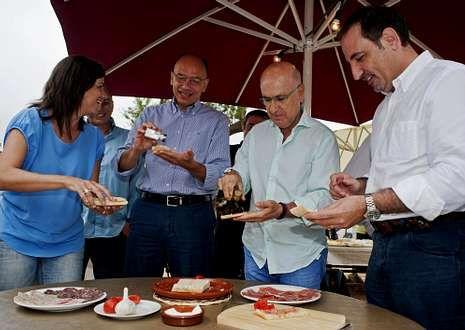 Duran participó ayer en el desayuno de verano de Unió con el italiano Enrico Letta, a su izquierda.