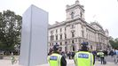 La estatua de Churchill, blindada y protegida por la policía