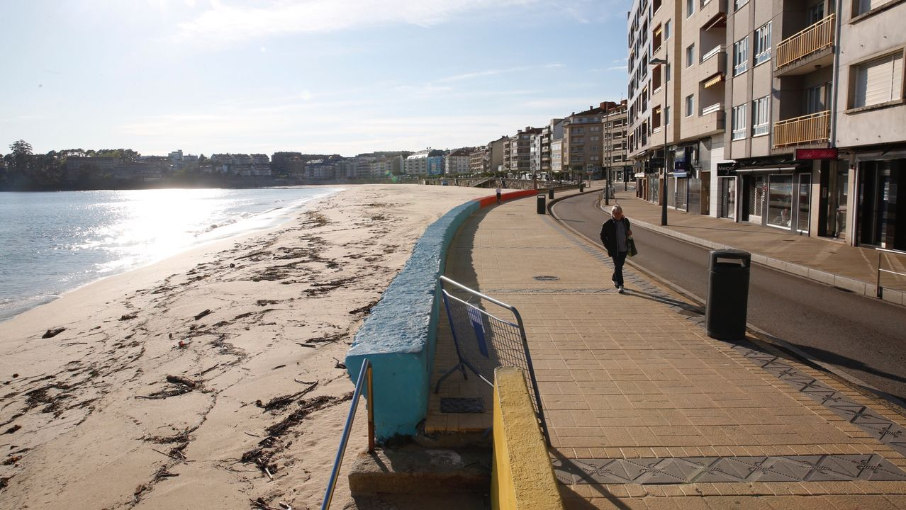 Entrega de mascarillas por las calles de Vigo