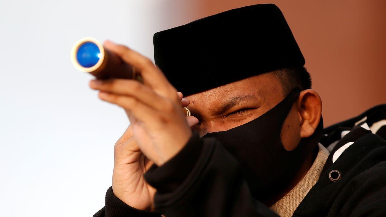 En Indonesia, un hombre asiste a una reunión en el techo de la mezquita Al Musariin para mirar la luna, para conmemorar el primer día del Ramadán