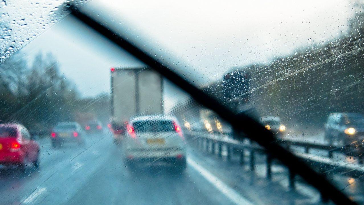 La lluvia reduce la visibilidad y mantener limpio el parabrisas es básico para aumentar la seguridad