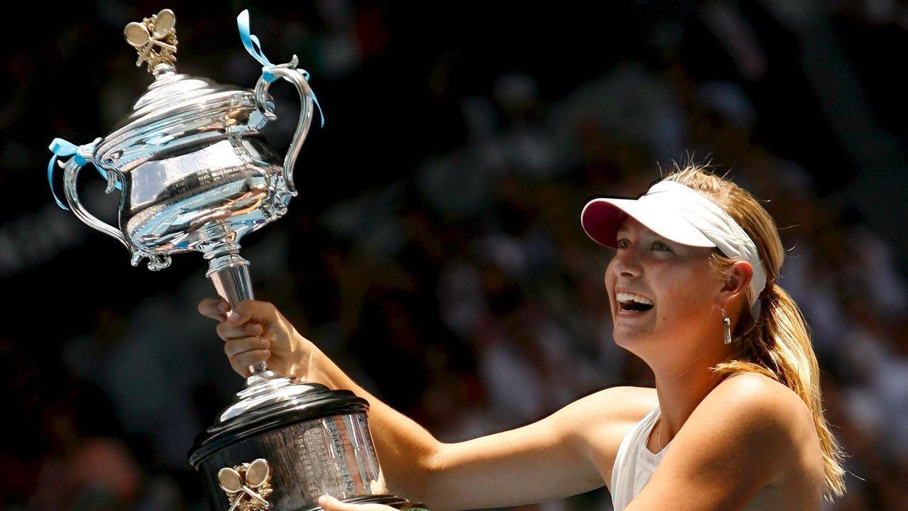 Levanta el trofeo ganado en el Abierto de Australia disputado en el 2008.