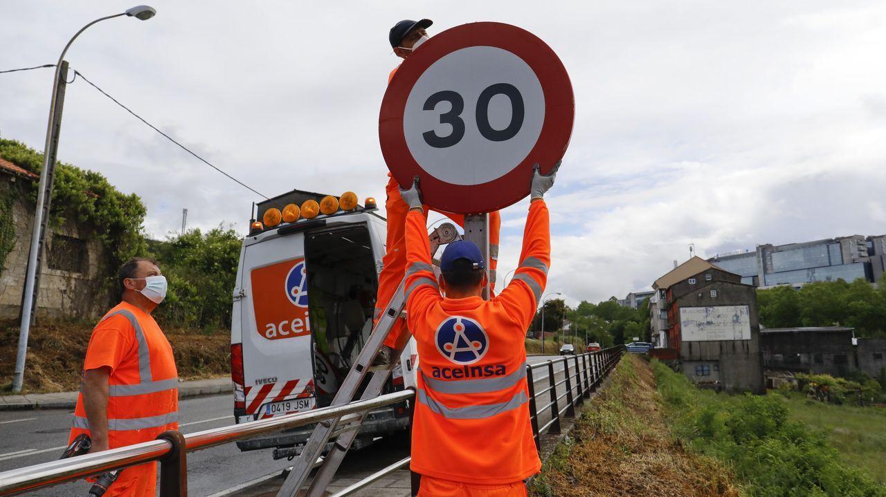 Los 30 km/h mandan en las calles de A Coruña.Señalización horizontal en la carretera de Catabois, que se deberá modificar