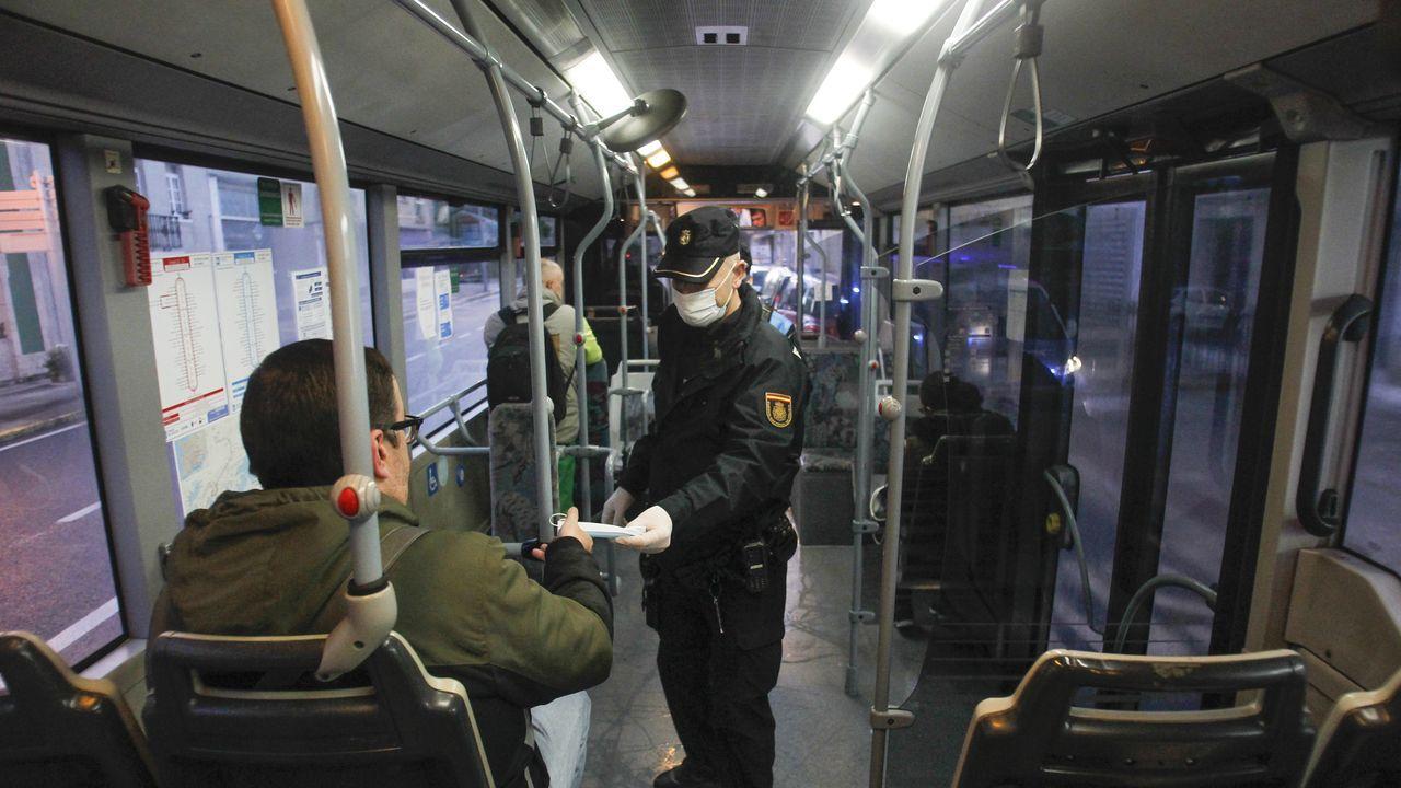13 de abril, día 30 de confinamiento. La jornada arrancó muy temprano, con el reparto de mascarillas en los transportes públicos para todos esos empleados que volvían al trabajo tras el parón. Ese lunes Galicia recuperaba algo de actividad.