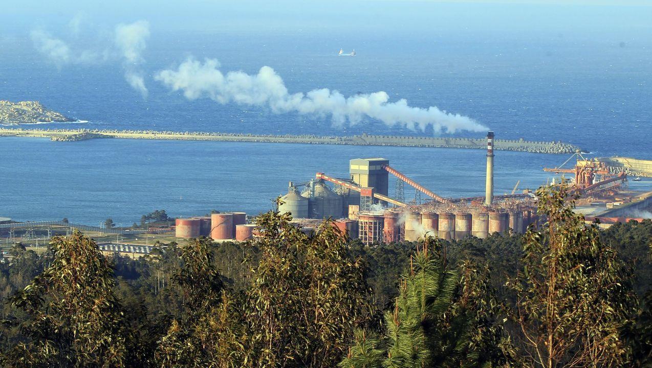 Arranca la caravana de coches dirección Lugo de los trabajadores de Alcoa.Vista da factoría de San Cibrao, onde Alcoa quere pechar a única fábrica de aluminio primario en activo de España