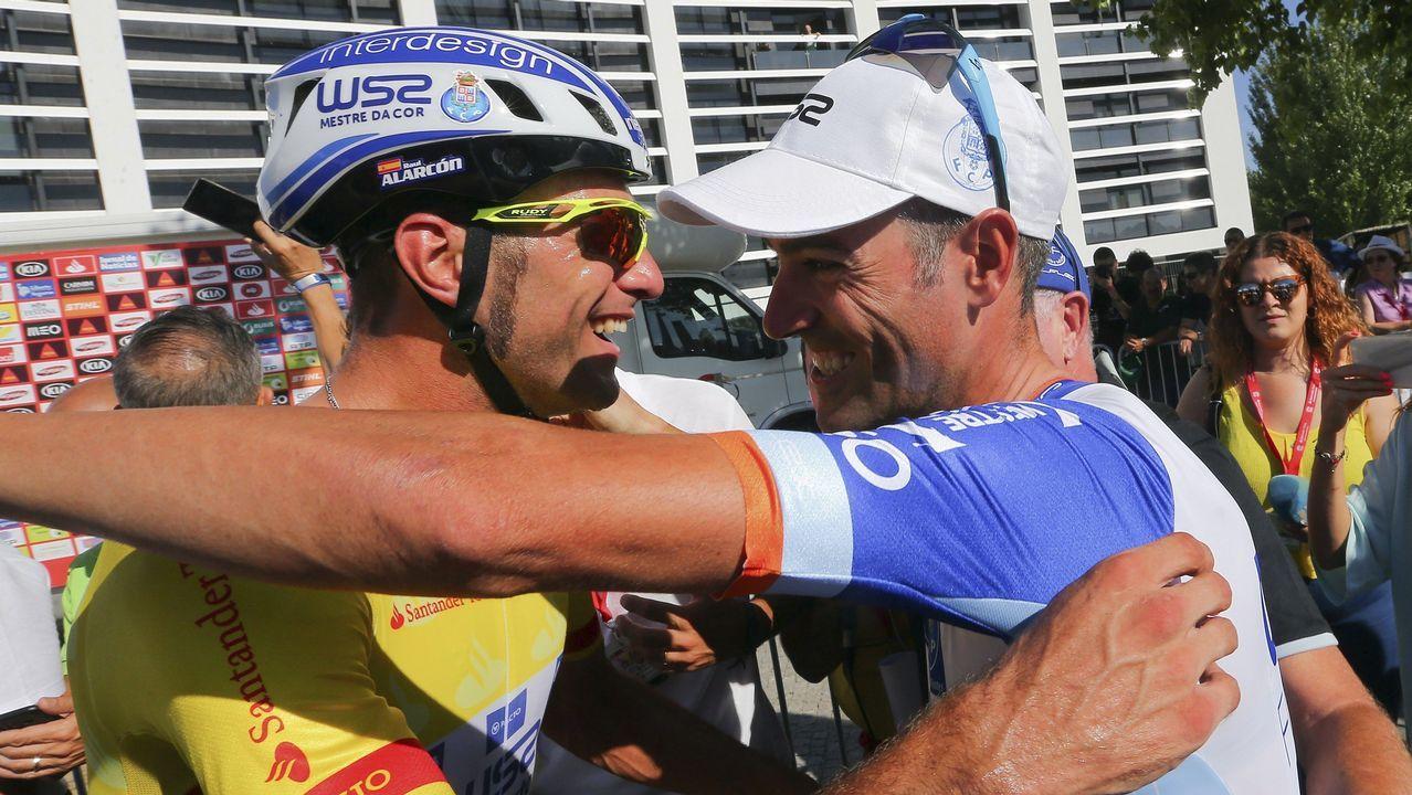 El ciclista que corona grafitis.Los ciclistas Veloso y Marque corren para el Oporto y el Sporting de Lisboa, respectivamente
