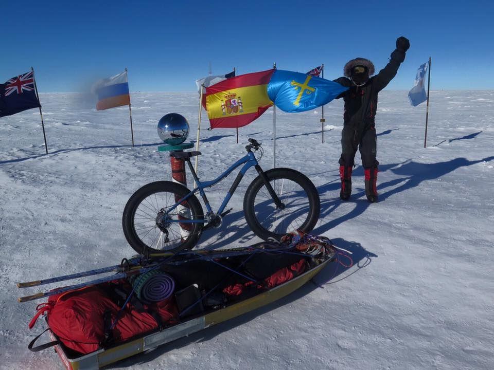«Juan Sin Miedo» con la bandera asturiana en su llegada al Polo Sur