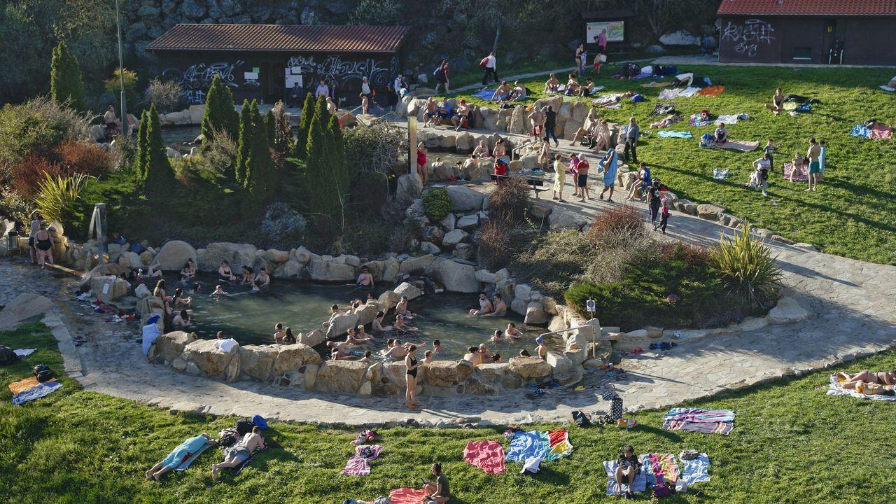 OURENSE, «UN LUGAR EXTRAORDINARIO». «Aunque a menudo es pasado por alto por los visitantes, es un lugar extraordinario con una serie de piscinas termales naturales a orillas del río Miño», relata el artículo, que también se detiene en Pontevedra, Lugo y la Costa da Morte