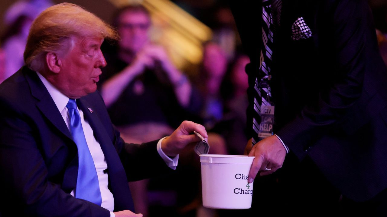 Trump depositó unl billete de veinte dólares en la cesta dominical en la iglesia evangélica de Las Vegas