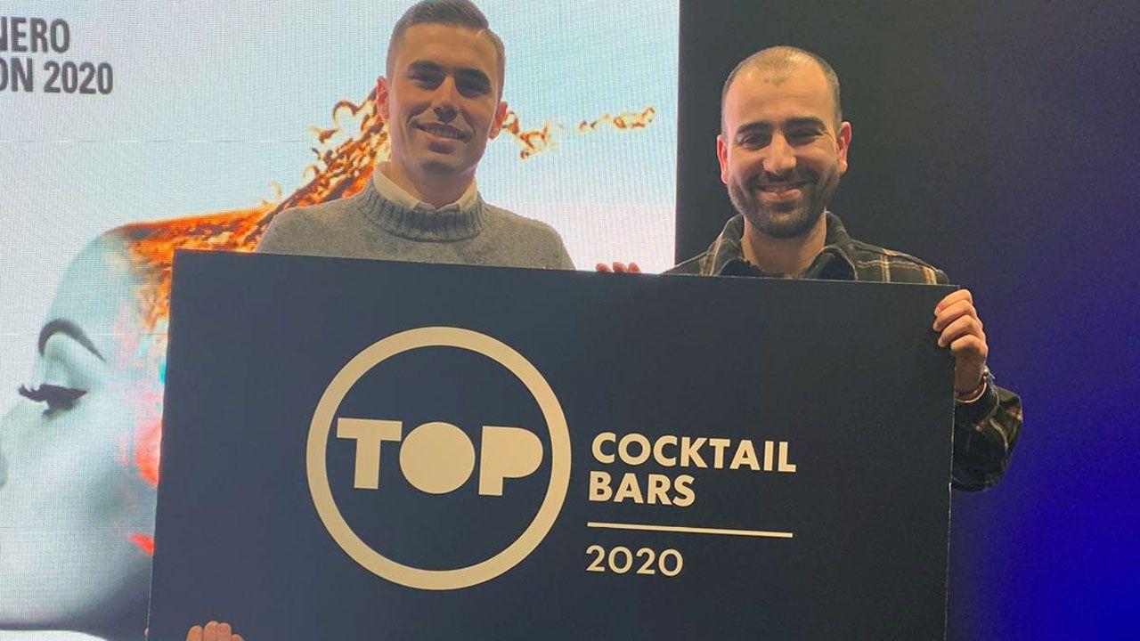 Iván Vázquez y Saúl Vega reciben el diploma acreditativo como una de las mejores coctelerías de españa en nombre del Mala Saña