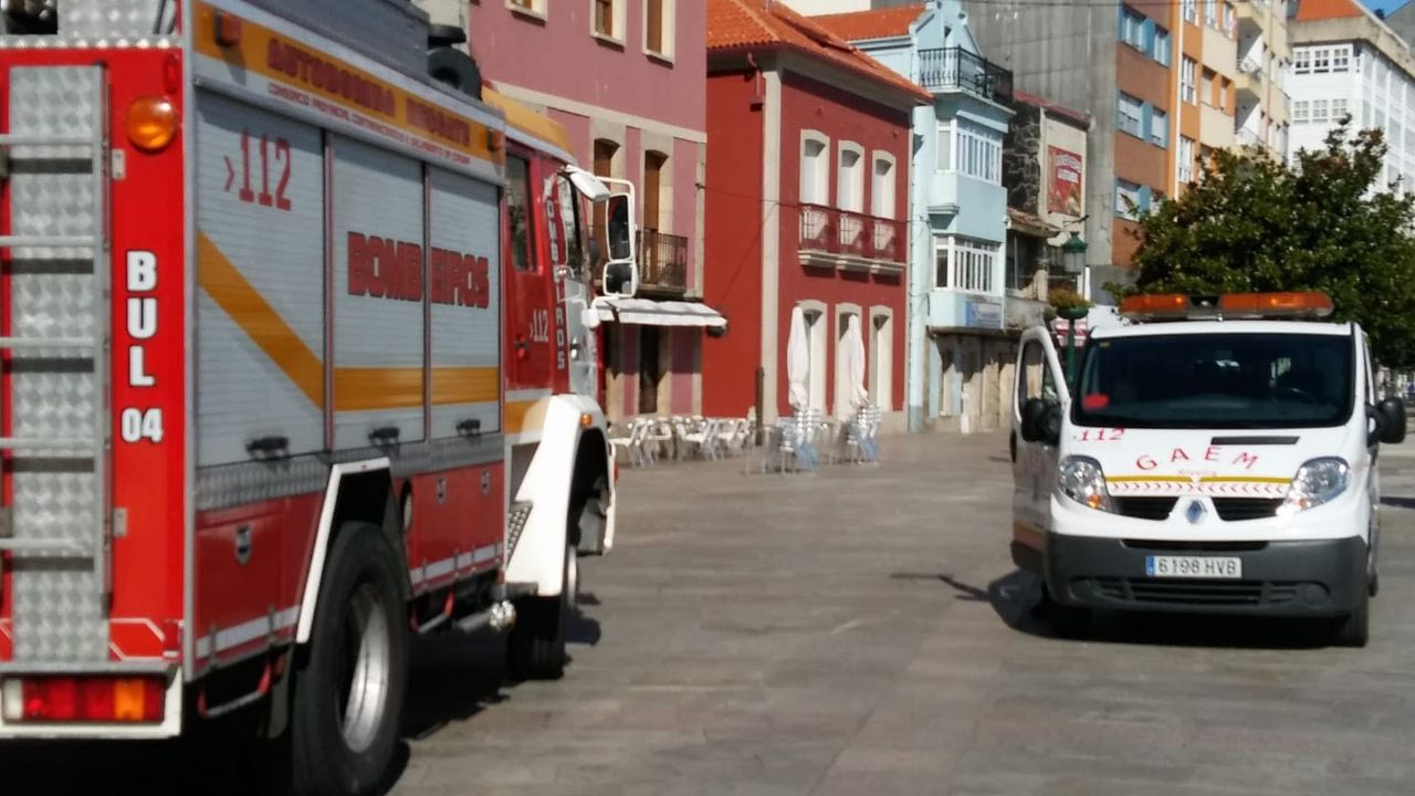 Así quedó la granja de pollos calcinada en Vilar de Astrés.La virulencia del fuego obligó a intervenir a los bomberos de los parques de Monforte y Chantada