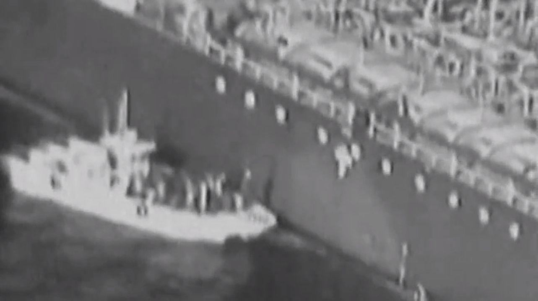 Retiran una mina sin explotar, adherida al casco de uno de los dos petroleros atacados en el Golfo.Haitham bin Tareq al Said lleva a hombros el féretro de su primo, el anterior sultán de Oman