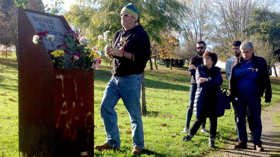 Ofrenda floral por las víctimas del VIH en el Bosque de la Memoria de Gijón