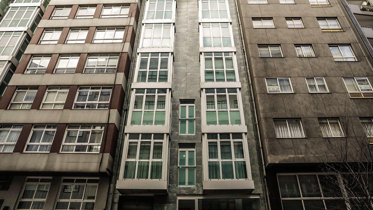 Este bloque en la avenida de Oza es uno de los que tiene en un portal web la Sareb. Aquí se venden ocho apartamentos