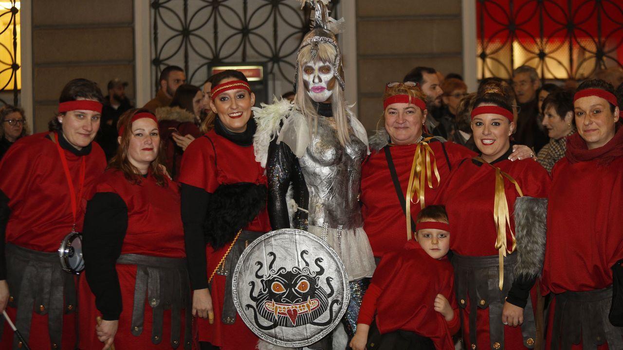 Entronizacion del dios Momo, en el Obelisco.Fiesta de disfraces en el colegio Liceo La Paz