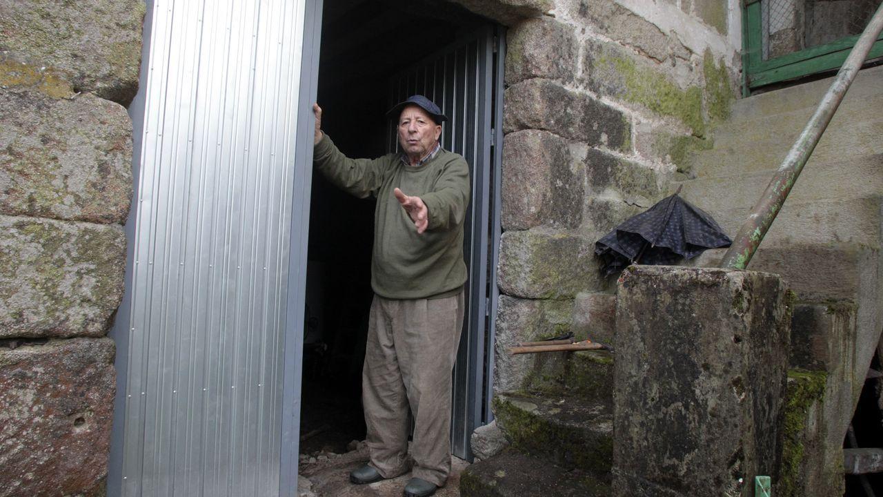 Antonio Fernández,  con la puerta que acaba de poner para sustituir la que rompieron los ladrones