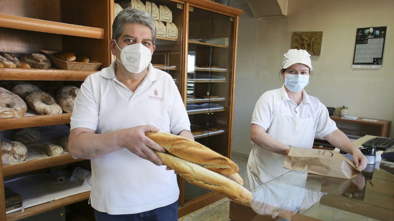 Jorge Calvo Basoa, al frente del negocio, junto a una de las empleadas