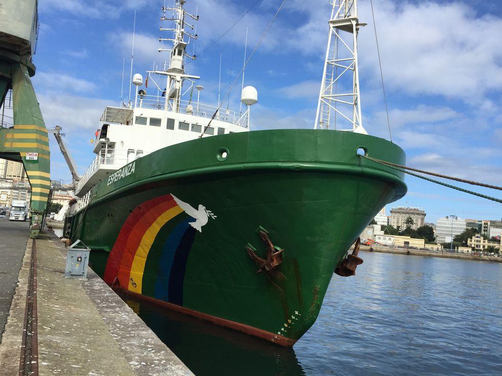 El barco «Esperanza» de Greenpeace.Estado en el que quedaron los montes de Degaña tras los incendios