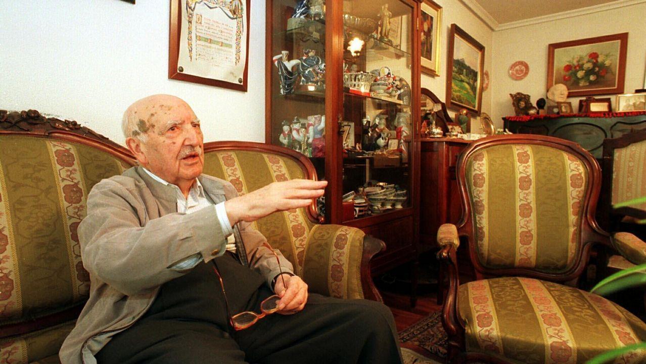Fraguas, retratado no salón da súa casa, en agosto de 1999, cando se creou a súa fundación