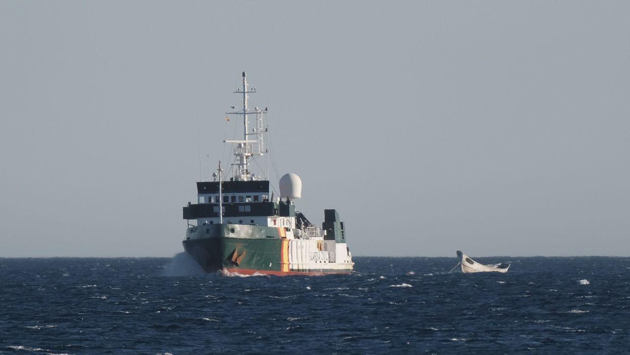 La patrullera de la Guardia Civil Río Tajo remolca hasta el puerto de Arinaga, en Gran Canaria, el cayuco avistado el miércoles, con 15 fallecidos