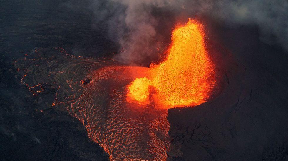 «Cuando voy a la zona me pregunto: '¿Cómo salí yo vivo de aquí?'».Vista da erupción da zona de ruptura do leste de Kilauea o xoves 31 de maio