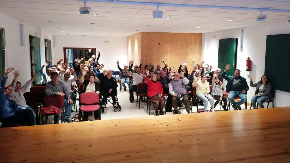 Un grupo de vecinos se reunieron este domingo en el Ayuntamiento de Folgoso para ver el programa