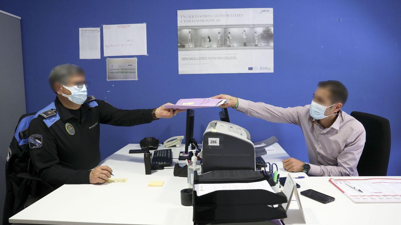 El inspector Pena, a la izquierda, repasa un expediente con uno de los agentes de la Policía Local de Santiago adscritos al nuevo servicio de Viogen