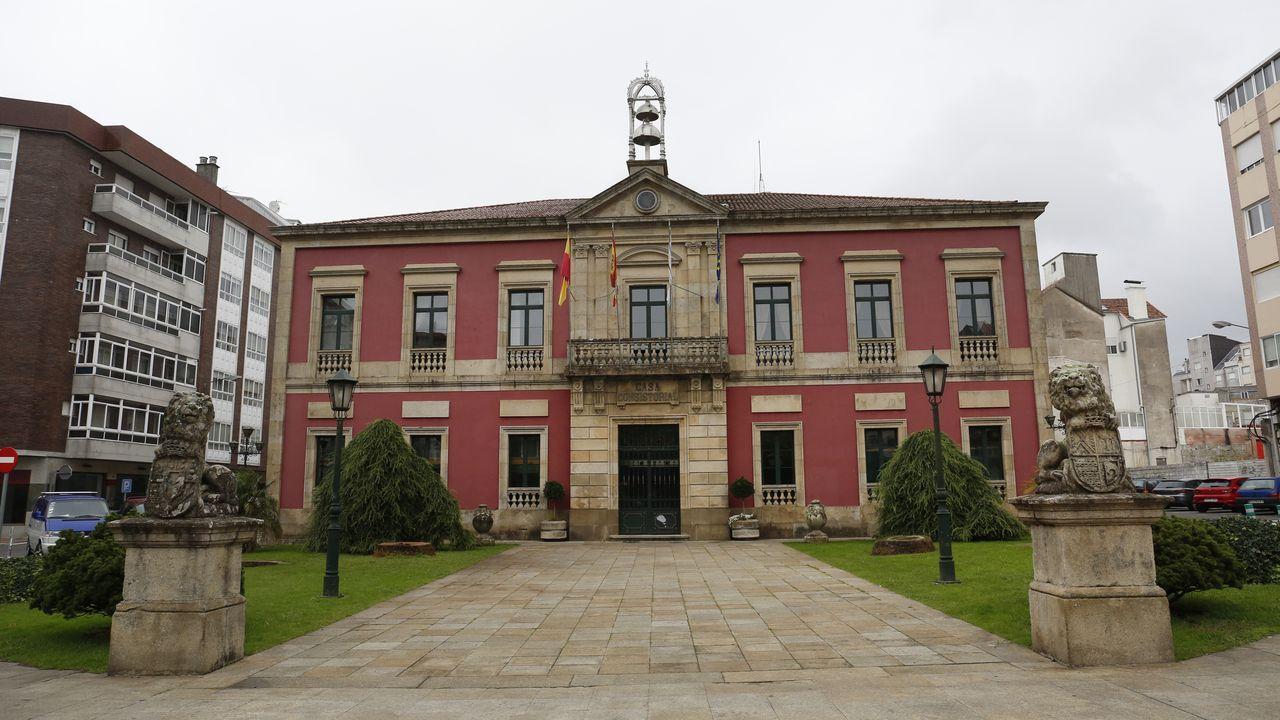 La fachada del concello sin las palmeras que sucumbieron al picudo rojo