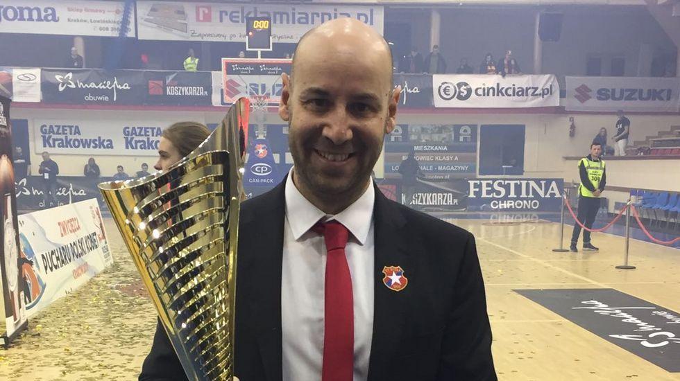 Jordi Aragonés, el domingo con el trofeo de la Copa de Polonia.