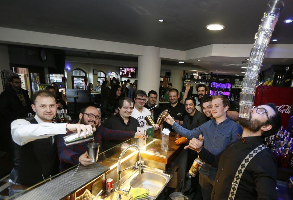 Los 15 barmans procedentes de toda Galicia elaboraron sus combinados durante la tarde y la noche.