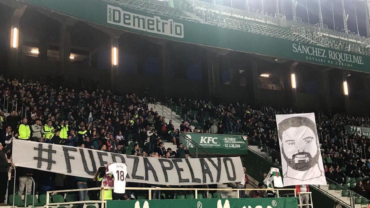 Pancarta de apoyo a Pelayo Novo en el Martínez Valero
