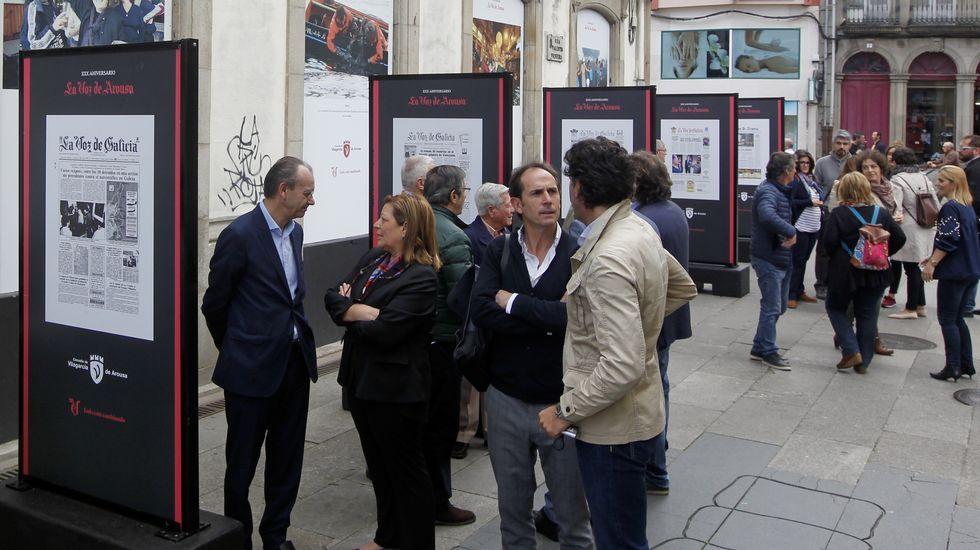 Exposición 30 aniversario de la Voz de Arousa.Recreación de un grupo de neandertales