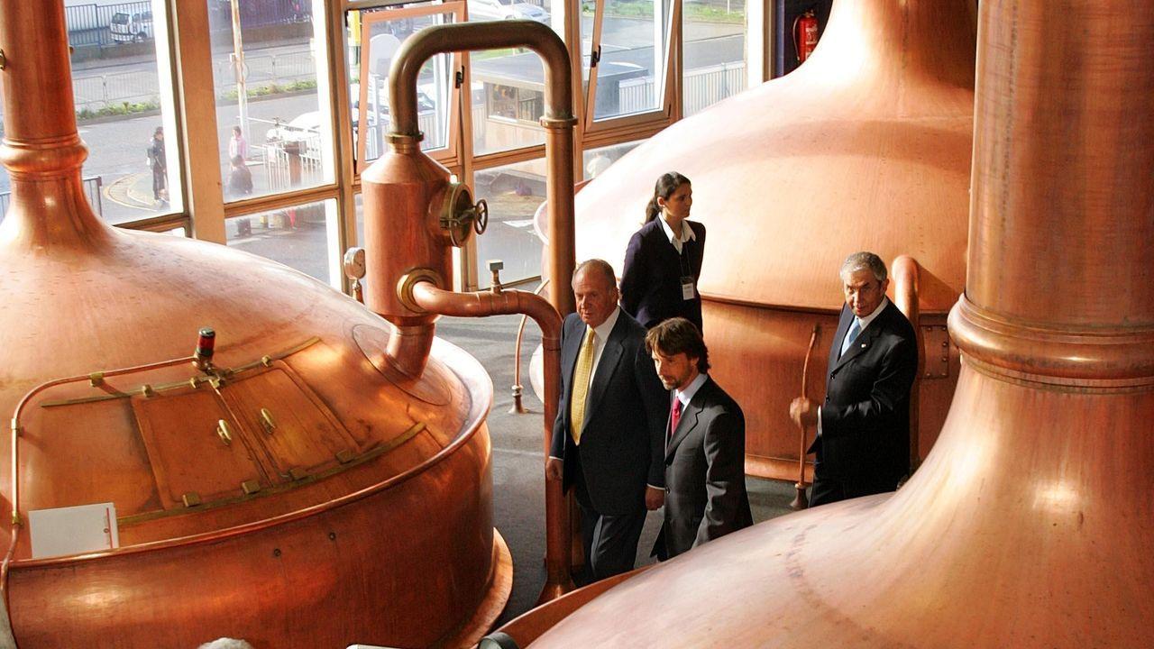 El rey, en noviembre del 2011, visitando la fábrica de Estrella Galicia