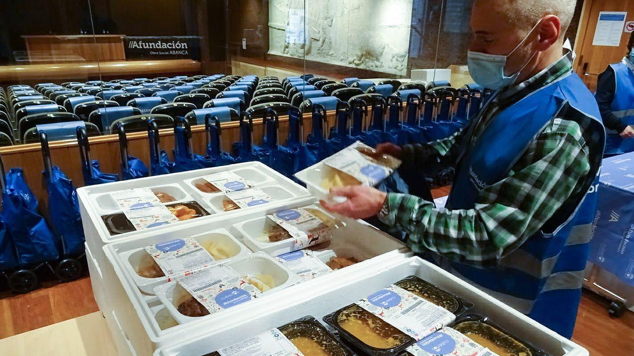 Asesinatoen Mondariz.Un empleado repartiendo menús durante el programa de Navidades