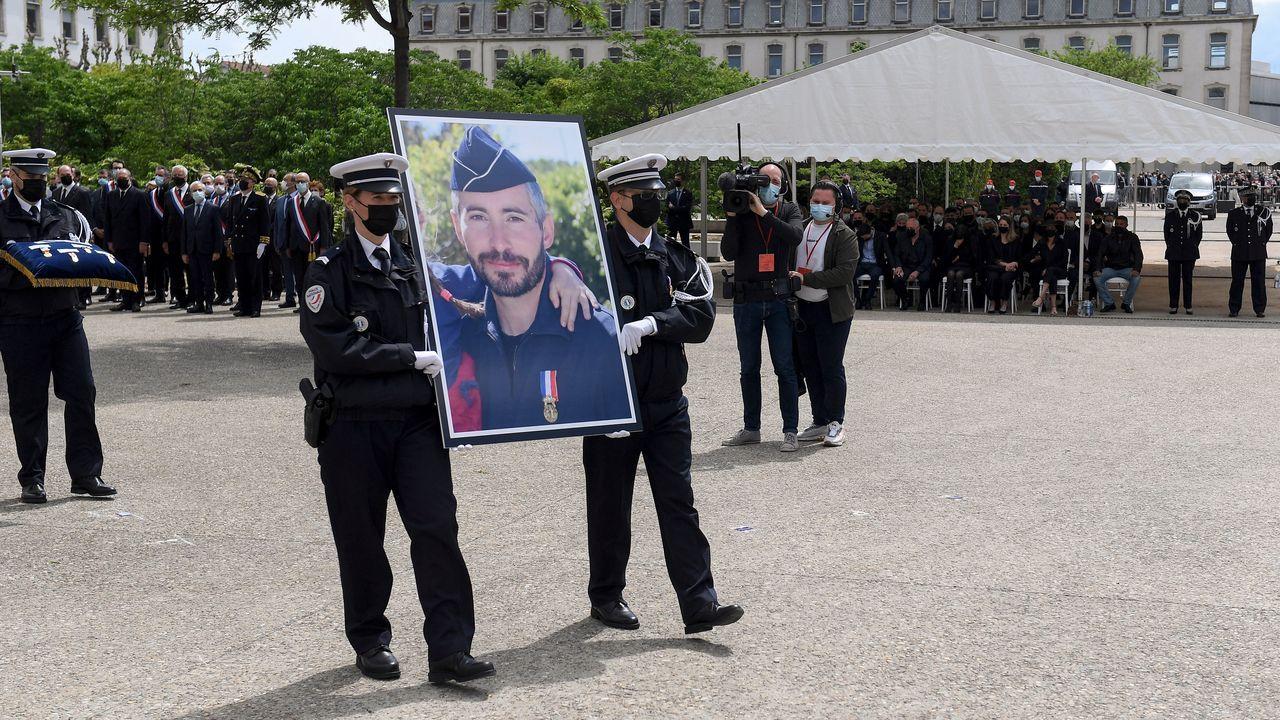 Francia y Austria reabren las terrazas después de seis meses.La Policia homenajeó al agente muerto la semana pasada por un vendedor de drogas.