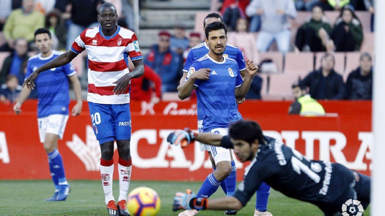 Omar Ramos Real Oviedo Almeria Carlos Tartiere.Champagne en el suelo tras un disparo de Adrián Ramos