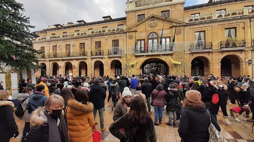 Centeneras de personas se concentran contra del cambio de gestión del albergue municipal