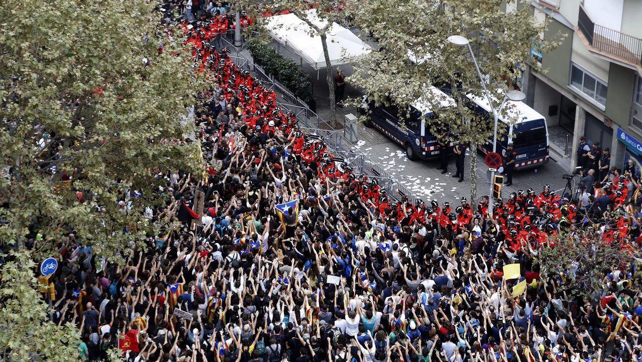 Jornada de Huelga en Cataluña. Los mossos protegen la sede del PP en Barcelona