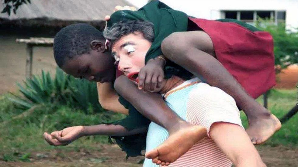 El biciclown juega con un niño en Zimbaue.El biciclown juega con un niño en Zimbaue