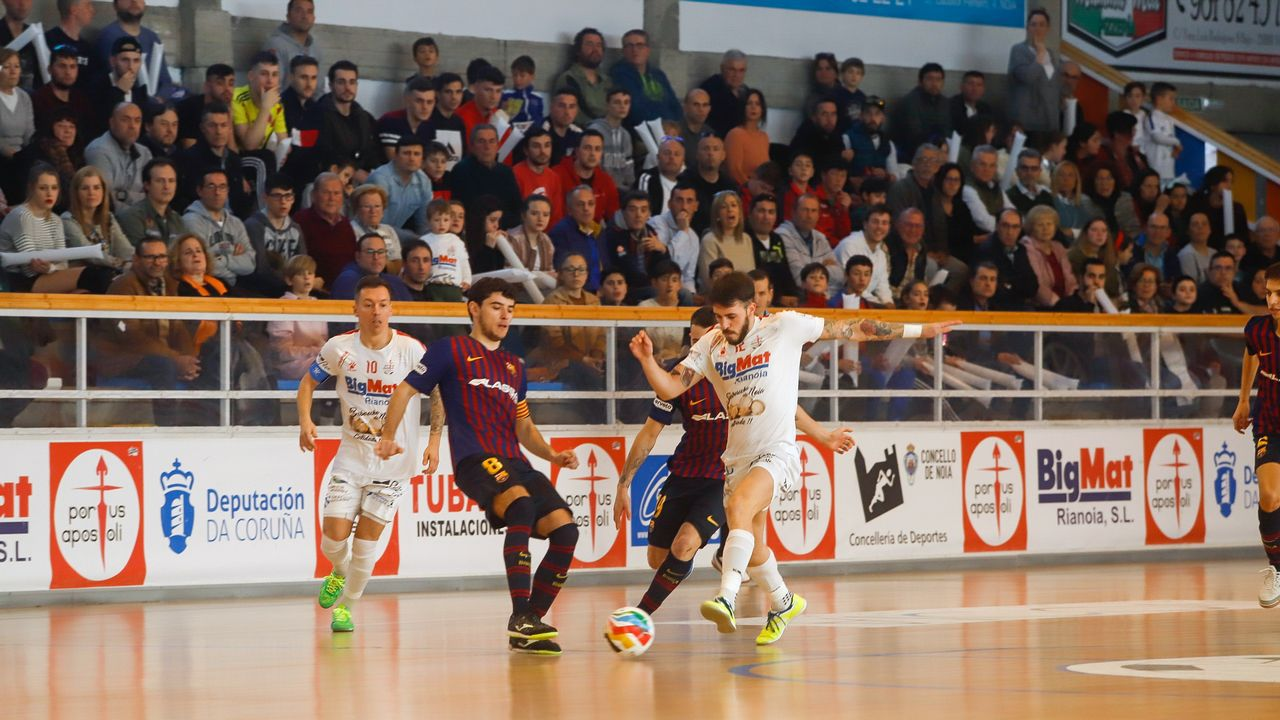 ¡Búscate en el partido de fútbol sala entre el Noia Portus Apostoli y el Barcelona B!.Forlín en el suelo evitando el golpeo de Sory Kaba