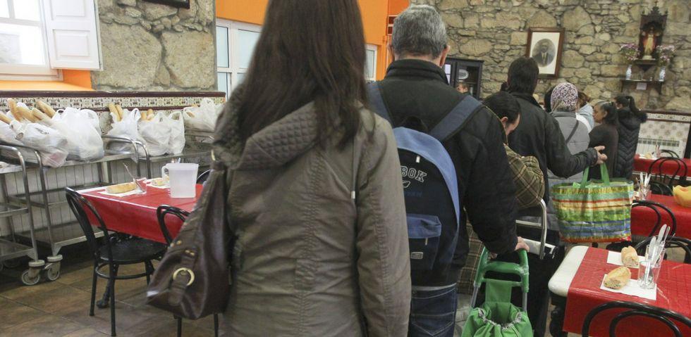 Imagen reciente de vecinos de la ciudad haciendo cola en la Cocina Económica para recibir alimentos.