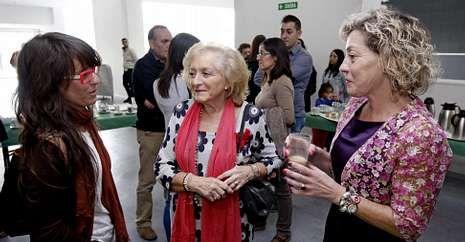 Participantes, en un descanso de la jornada, junto con la presidenta, Carmen Berta García.