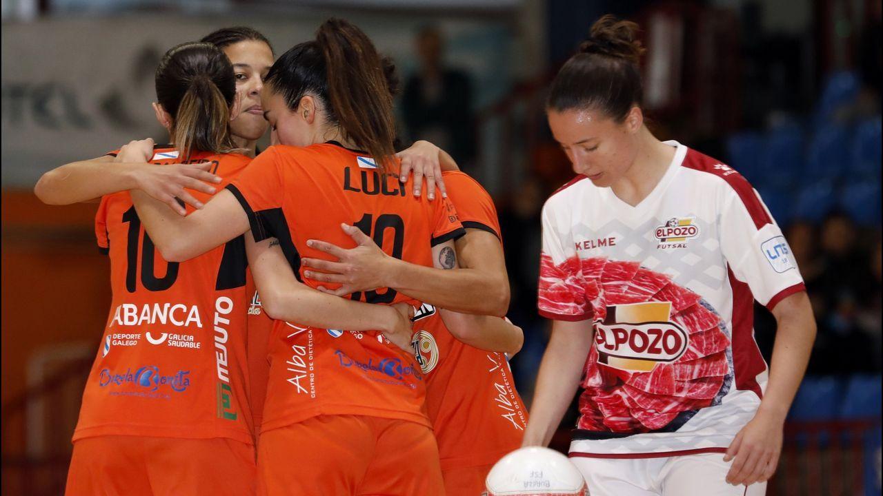 «El año que viene, volveremos».López-Asenjo, a la izquierda, y Ángela Pumariega, con directivos del Club Santa Olaya